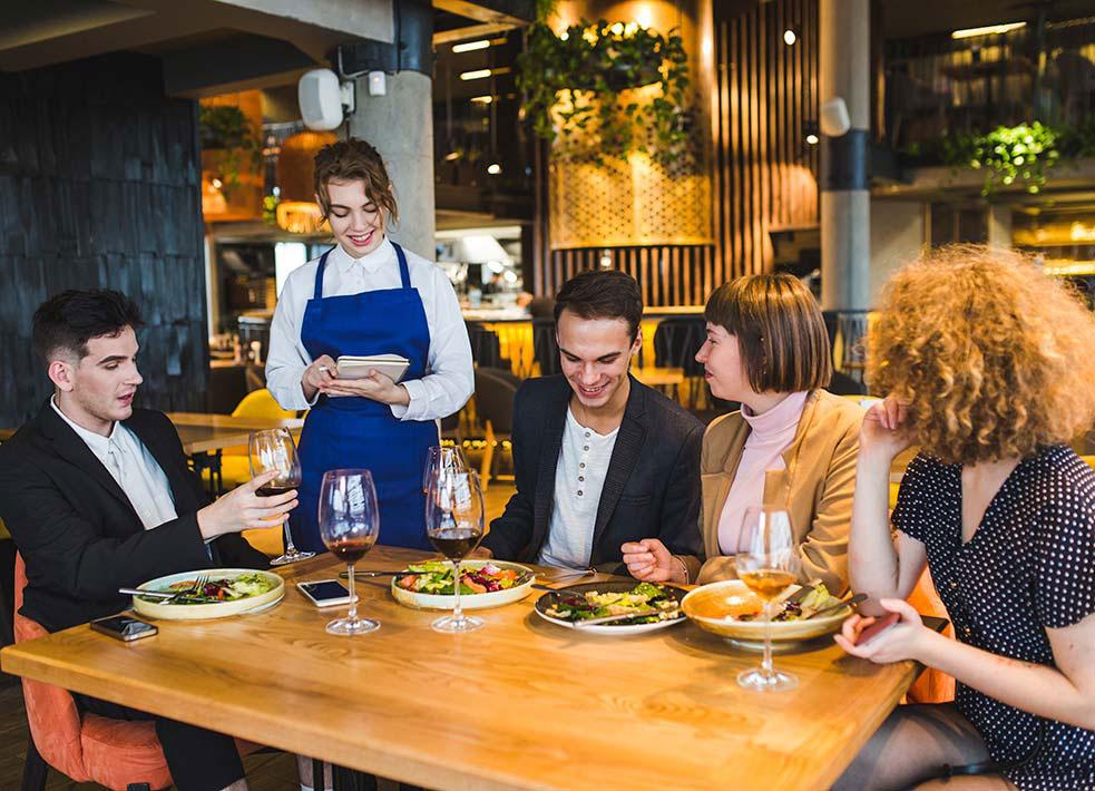 clientes a la mesa de un restaurante